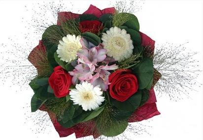 Kırmızı güller ve beyaz mevsim çiçeklerinden buket