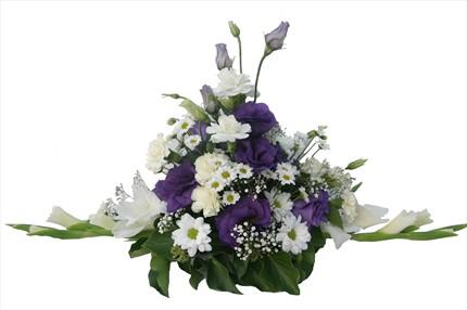 Mor ve beyaz mevsim çiçeklerinden aranjman