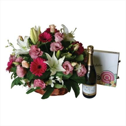 Mevsim çiçeklerinden sepet aranjman ve şampanya