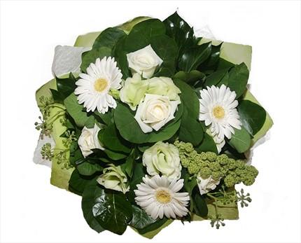 Beyaz güller ve mevsim buketi