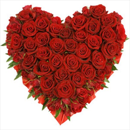 41 adet kırmızı güllerden hazırlanmış kalp aranjman