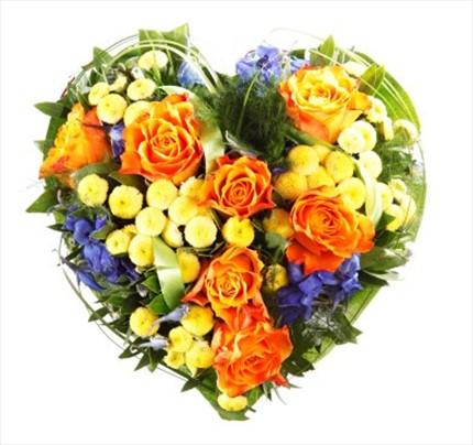 Güller ve mevsim çiçeklerinden hazırlanmış kalp aranjman