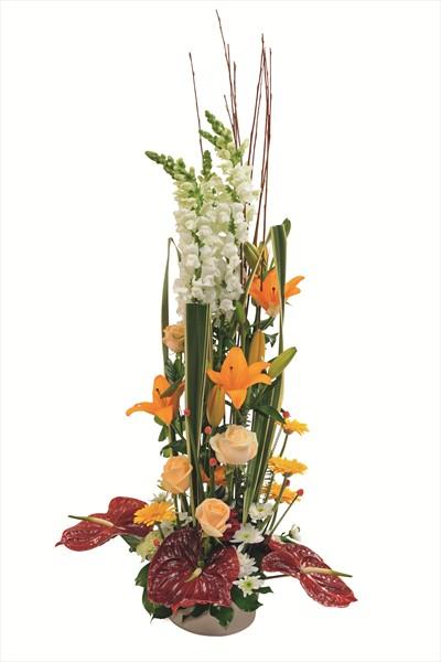 Turuncu, kırmızı ve beyaz tonlarında boylu çiçek aranjmanı