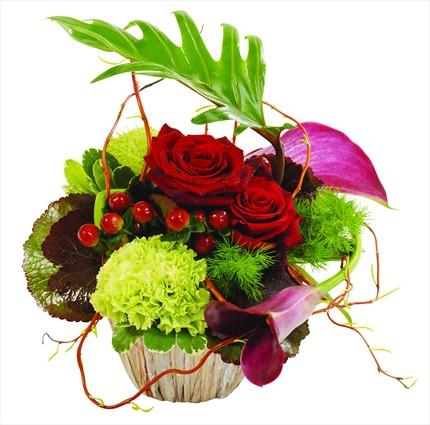 Sepet içerisine hazırlanmış kırmızı ve yeşil çiçek şık aranjman