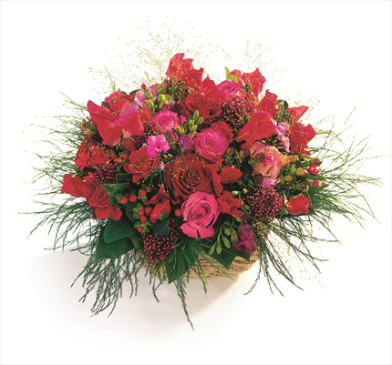 Kırmızı çiçeklerinden hazırlanmış sepet aranjman