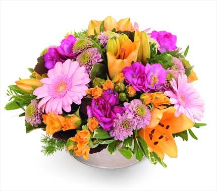 Kırmızı ve turuncu çiçeklerinden hazırlanmış aranjman