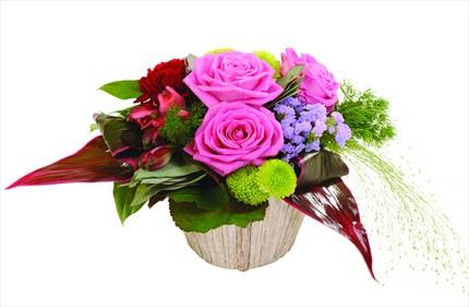 Pembe çiçeklerinden hazırlanmış aranjman