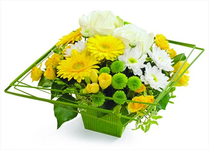 Sarı beyaz ve yeşil tonlarda hazırlanmış çiçek aranjmanı