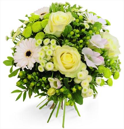 Beyaz çiçeklerle özel dekore edilmiş mevsim buketi/ ürünler 5 adet beyaz gül, 3 dal beyaz 3 dal yeşil kırzanten ve aksesuarlar