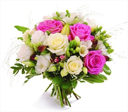 Beyaz ve pembe güllerle hazırlanmış mevsim buketi