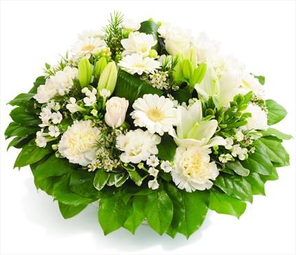 Beyaz lilyumlar ve mevsim çiçeklerinden aranjman