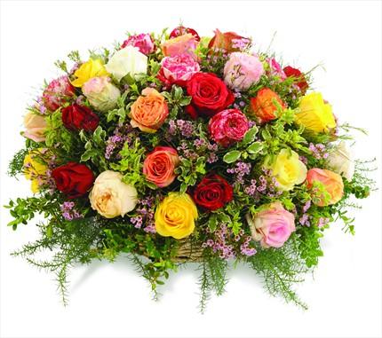 Renkli güllerden hazırlanmış sepet aranjman