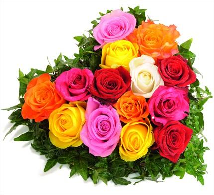 Renkli güllerden kalp aranjman