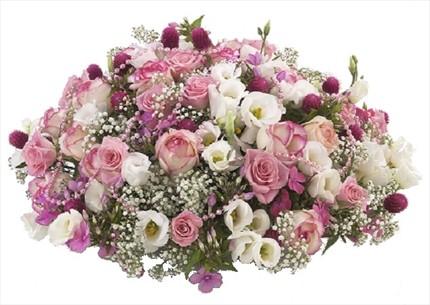 Güller ve mevsim çiçeklerinden hazırlanmış aranjman