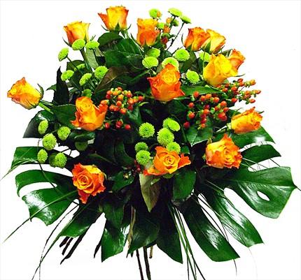 Güller ve yeşilliklerle dekore edilmiş özel buket