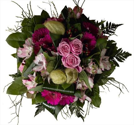 Pembe güller ve pempe çiçeklerden buket