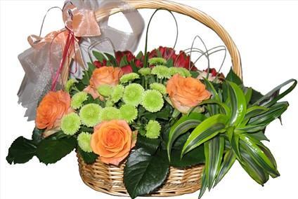Sepet içerisinde mevsim çiçeklerinden aranjman