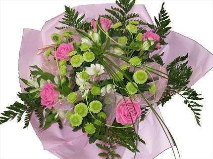 Pembe gül ve mevsim çiçeklerinden hazırlanmış buket
