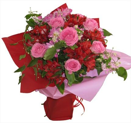 Pembe gül ve kırmızı mevsim çiçeklerinden hazırlanmış buket