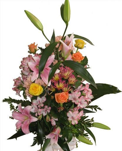 Lilyum gül ve mevsim çiçeklerinden hazırlanmış buket