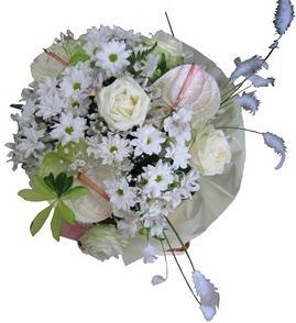 Beyaz gül antorium ve mevsim çiçeklerinden hazırlanmış şık buket