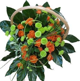 Gül ve mevsim çiçeklerinden hazırlanmış sepet aranjman
