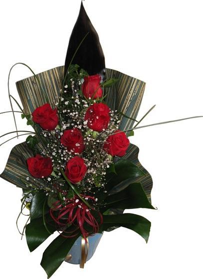 7 adet kırmızı güllerden hazırlanmış aranjman