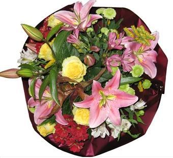 Pembe lilyum sarı gül ve mevsim çiçeklerinden hazırlanmış buket