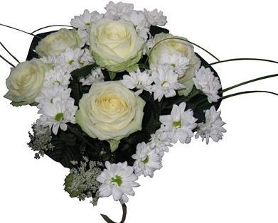 Beyaz güller ve kırçiçekleriyle hazırlanmış buket