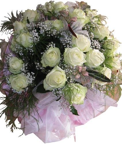 Beyaz güllerle hazırlanmış buket