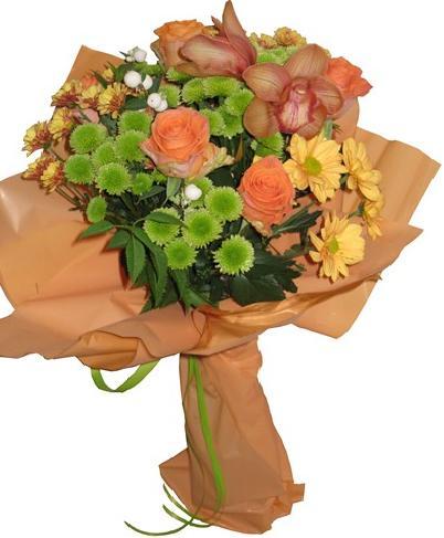 Mevsim çiçekleri ve güllerden hazırlanmış buket