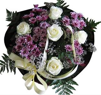 Beyaz güller ve kırçiçekleriden hazırlanmış buket