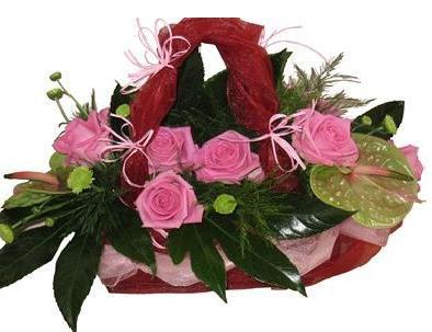 Mevsim çiçeklerinden sepst aranjman