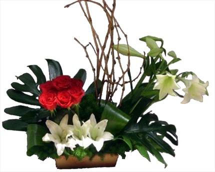 Lilyum ve güllerle hazırlanmış sepet aranjman