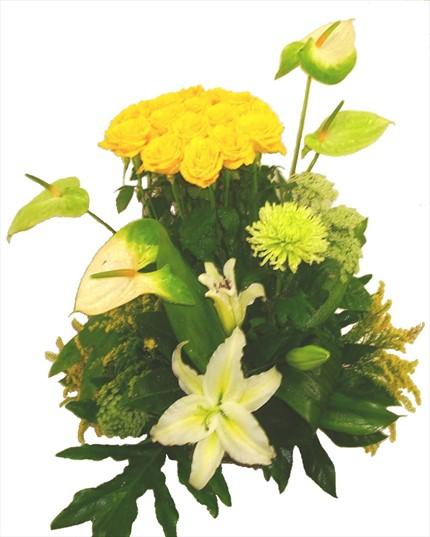 Sarı güller ve lilyumlarla hazırlanmış aranjman
