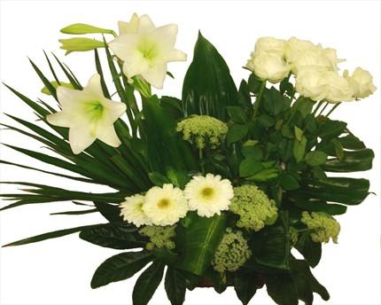 Beyaz güller ve mevsim çiçeklerinden hazırlanmış sepet aranjman