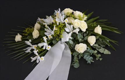 Beyaz çiçeklerden hazırlanmış taziye çelengi