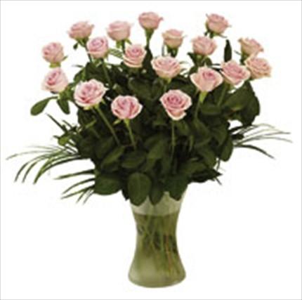 Pembe güllerden hazırlanmış cam vazo aranjman