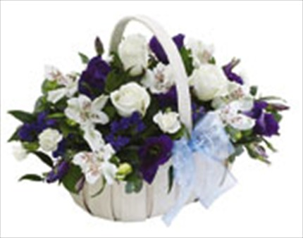 Beyaz çiçeklerden hazırlanmış sepet aranjmanı