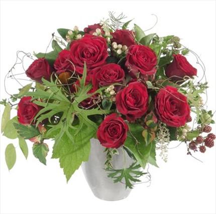 Kırmızı güllerden hazırlanmış aranjman