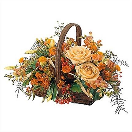 Naturel mevsim çiçeklerinden sepet içerisine hazırlanmış aranjman