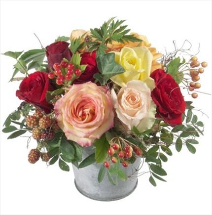 Rengli güllerden hazırlanmış şık cam vazo aranjman
