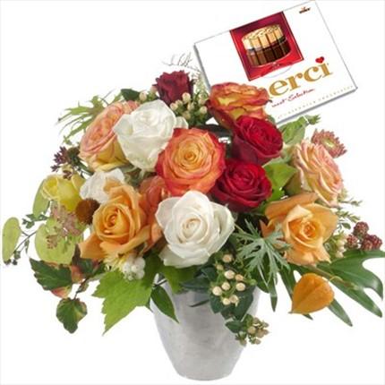 Renkli güllerden hazırlanmış cikolata hediyeli şık aranjman