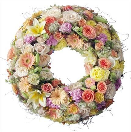 Mevsim çiçeklerinden hazırlanmış cenaze çelengi