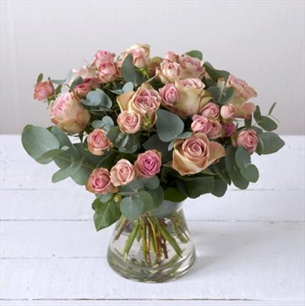 Pembe güllerden hazırlanmış aranjman