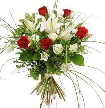 Lilyum kırmızı ve beyaz güller'den hazırlanmış buket