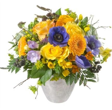 Karışık çiçeklerinden hazırlanmış aranjman