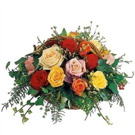 Renkli güllerden sepet içerisine hazırlanmış aranjman