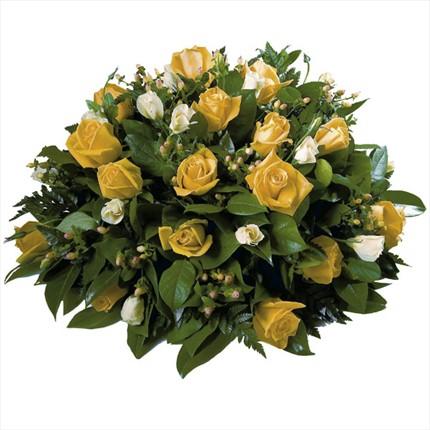 Beyaz ve sarı renkli çiçeklerden şık aranjman