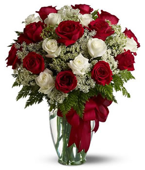 18 adet kırmızı ve beyaz güllerden hazırlanmış cam vazo aranjman